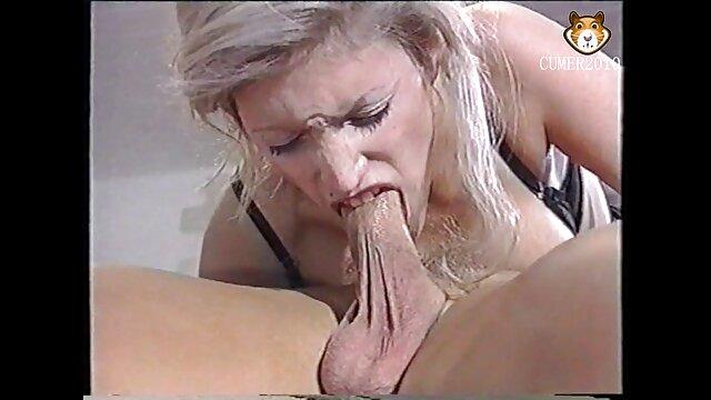 a rapariga asiática é arrasada por um filme pornô fazendo sexo ao vivo garanhão Vestido de monstro.